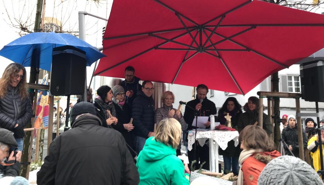 """Sonntagsdemo in Vorarlberg für mehr Menschlichkeit, humanitäres Bleiberecht und """"Asyl und Lehre"""" mit Landesrat Johannes Rauch, Gabriele Sprickler-Falschlunger, Bernhard Amann und vielen solidarischen Menschen (Foto: Christine Golderer)"""