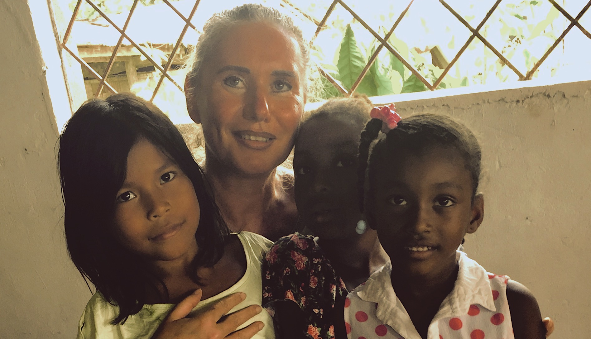 Verena Daum, Garden Eden Organisation, with children along the Rio Atrato in the region of Chocó in Colombia, www.progression.at