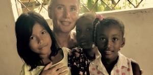 Verena Daum (Garden Eden Organisation) mit indigenen und afrokolumbianischen Kindern am Rio Atrato im Chocó in Kolumbien, Klimabündnis Vorarlberg-Chocó, www.progression.at