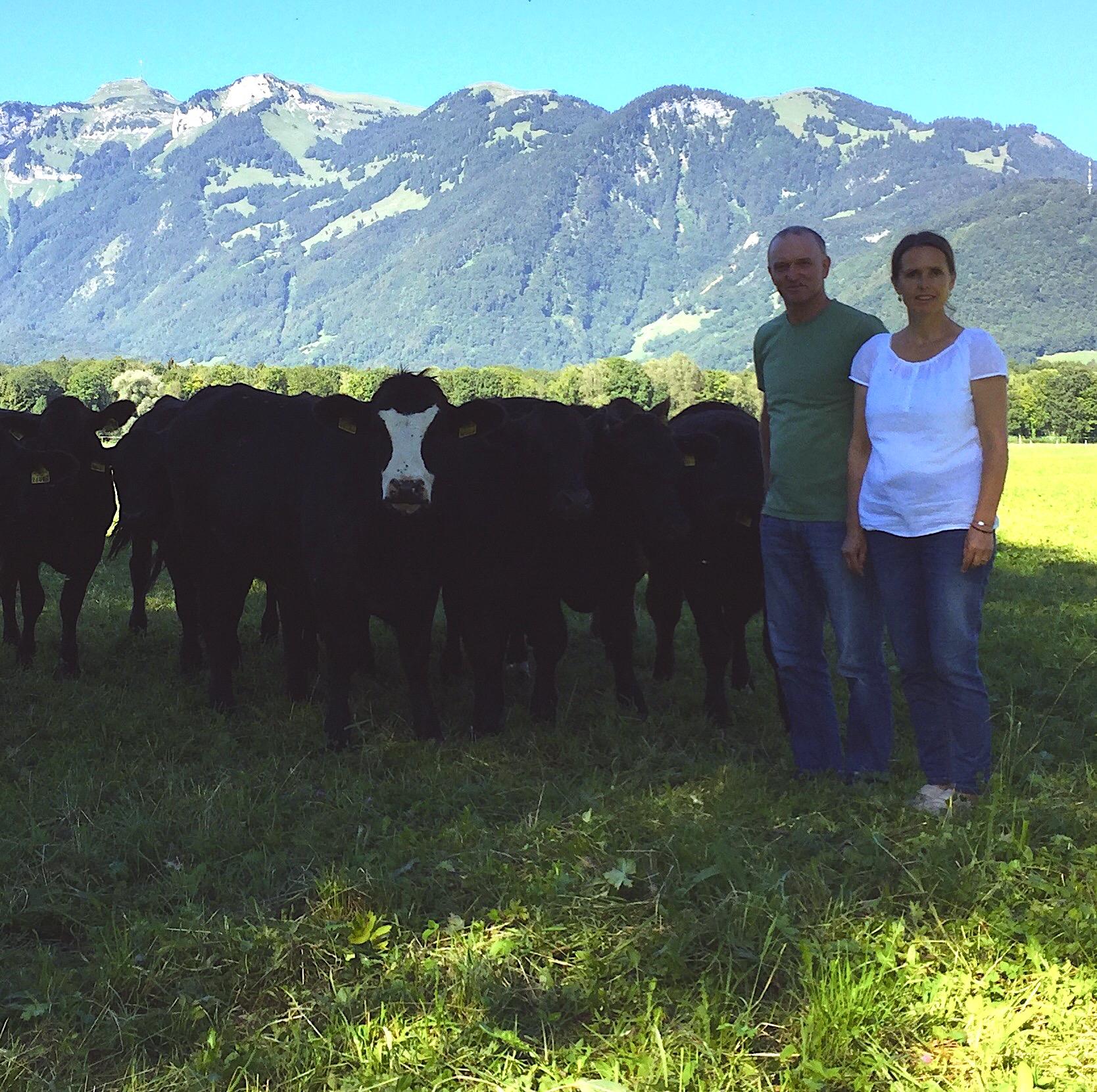 Die Vorarlberger Tierschutzpreisträger Angelika und Bernhard Feistenauer in Meiningen mit ihrer Herde, www.progression.at