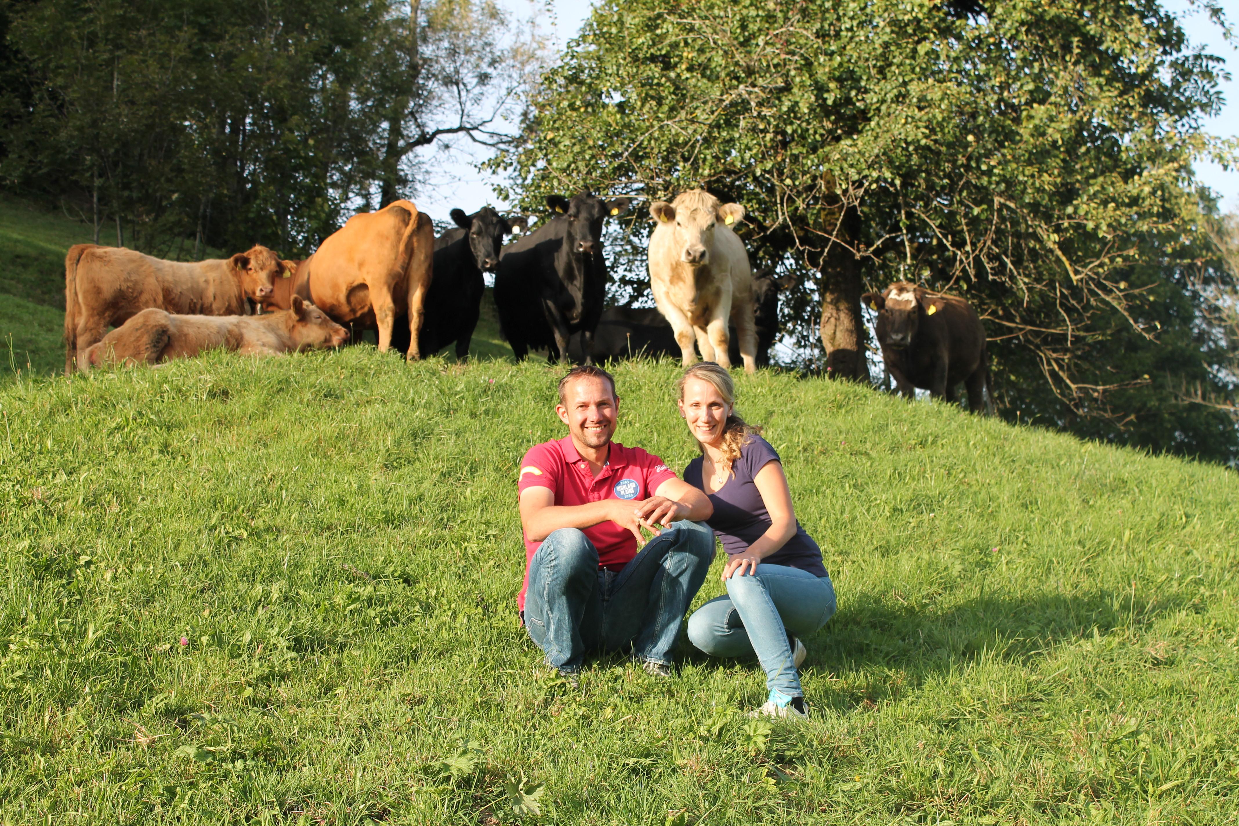 Die Vorarlberger Tierschutzpreisträger 2016 Ulrike und Michael Gassner aus St. Gerold mit ihren glücklichen Angus-Rindern und Charolais-Stier