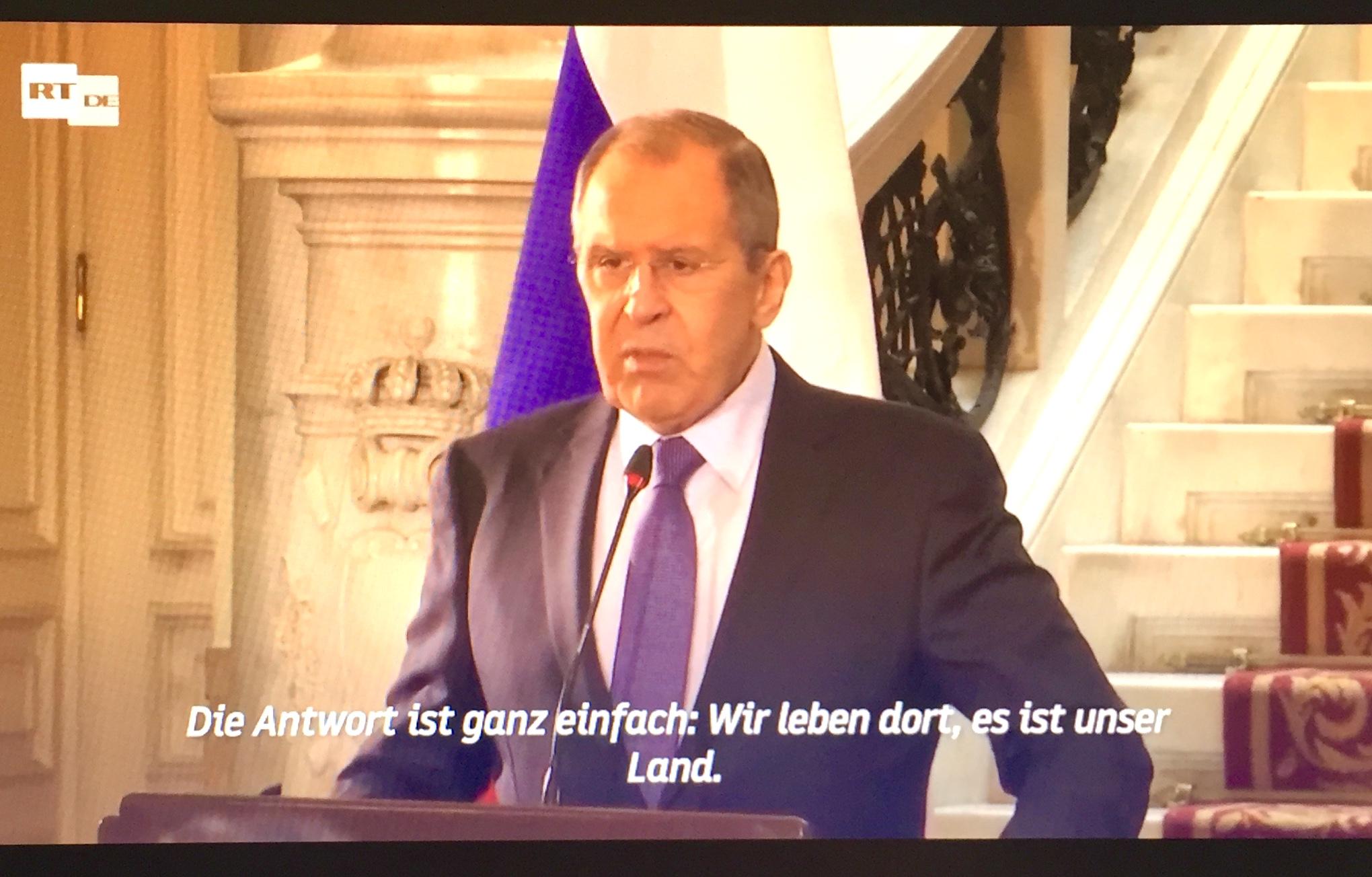 """""""Was die militärischen Aktivitäten der Vereinigten Staaten von Amerika einschließlich der Einsätze von Schiffen im Schwarzen Meer angeht, so geschieht dies regelmäßig. Jetzt wird das besonders selbstbewusst gemacht, begleitet von einer aggressiven Rhetorik"""", sagt der russische Außenminister Sergej Lawrow bei einer Pressekonferenz während seines Ägypten-Besuchs. """"Es wird gefragt, was macht die Russische Föderation an der Grenze zur Ukraine? Die Antwort ist ganz einfach: Wir leben dort, es ist unser Land. Aber die Frage, was die Vereinigten Staaten dort mit ihren Schiffen und Truppen machen, die unaufhörlich alle möglichen NATO-Aktivitäten in der Ukraine organisieren, Tausende von Kilometern von ihrem eigenen Territorium entfernt, bleibt unbeantwortet.""""  Von Verena Daum (www.progression.at, www.garden-eden.org)"""