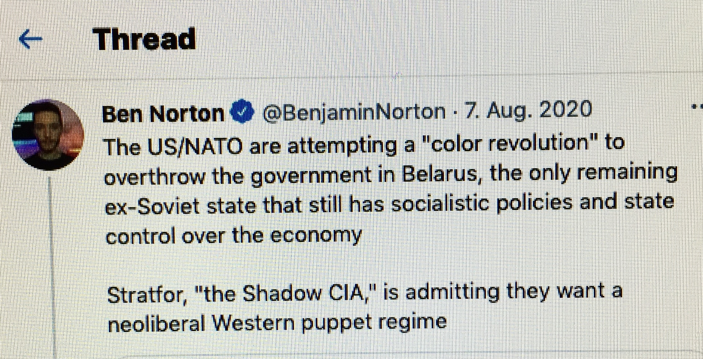 """Das Ukraine-Déjà-vu: Der Minsker Zwischenfall wirft ein Licht auf die Bemühungen des Westens um einen Umsturz in Weißrussland. Bisher konnten wir nur Putin zitieren, der von einem aufgeflogenen, geplanten Putsch in Weißrussland, nebst Mordplänen an Lukaschenko, berichtete (2). Jetzt aber legt der amerikanische Journalist Ben Norton Beweise vor, dass der Westen einen Regimewechsel in Minsk seit Langem plant und mit lokalen Helfern ins Werk zu setzen trachtet. Darunter ist auch jener Roman Protasewitsch, der in Minsk verhaftet wurde und darüber zum Liebling des Westens avancierte. Hier ist eine deutliche Warnung auszusprechen. Wir haben es nicht mit Anfängern zu tun. Die Gefahr eines Putsches gegen Lukaschenko ist real, die Ähnlichkeiten mit dem Ukraineputsch von 2014 sind nicht zu übersehen (3). Angesichts dieser Bedrohungslage kann die Frage ernsthaft gestellt werden, ob Lukaschenko den Regimewechselspezialisten verhaften durfte — um sich und sein Land zu schützen und diesem Land ein Schicksal zu ersparen, wie es die Ukraine, Syrien, Libyen, Venezuela oder Russland unter Boris Jelzin erdulden mussten.  Von Ben Norton, übersetzt von der Rubikon-Weltredaktion (BenNorton.com, @BenjaminNorton, der Artikel ist am 5.6.2021 auf Rubikon.news erschienen, zuvor unter dem Titel """"US-funded Belarusian regime-change activist arrested on plane joined neo-Nazis in Ukraine"""" by Ben Norton)"""
